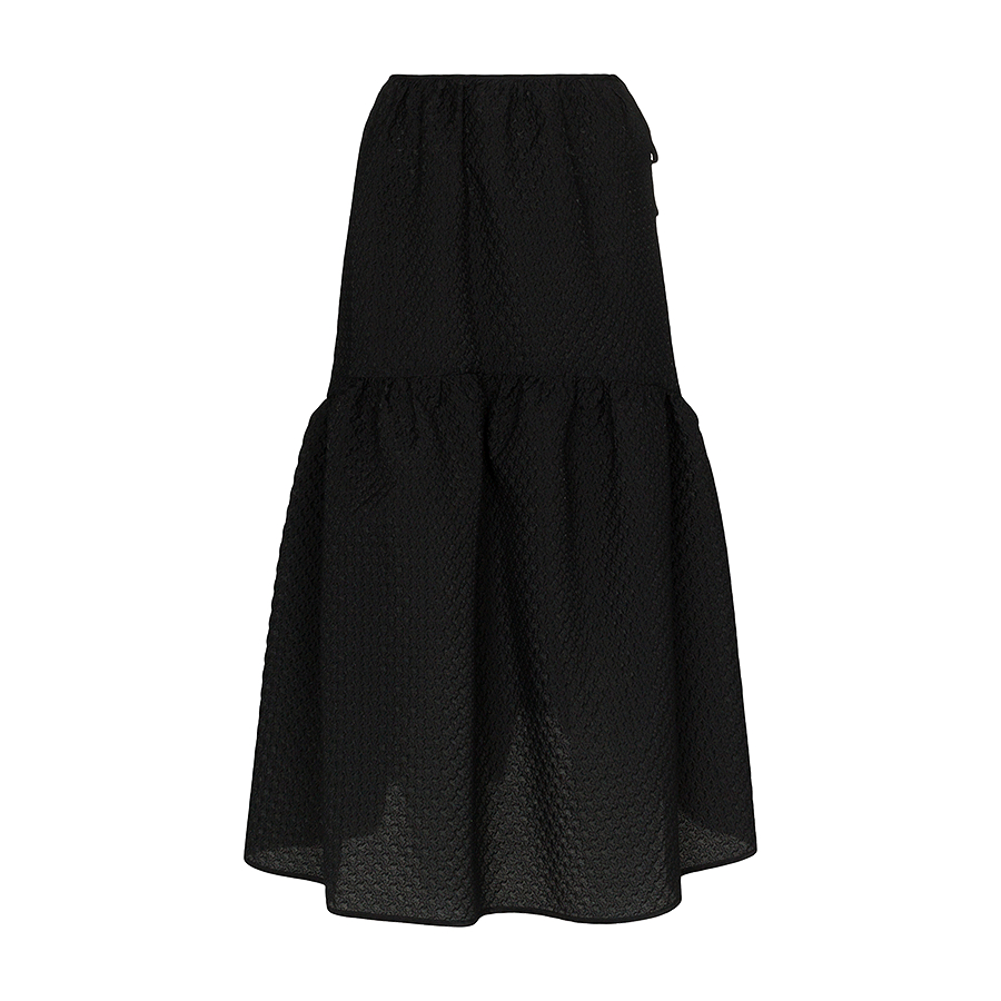 ガーリーなスカートも黒で大人っぽく【セシリー・バンセン】