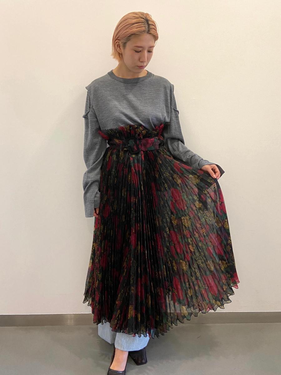 華やかなオーガンザスカートを、メンズニットでカジュアルダウン
