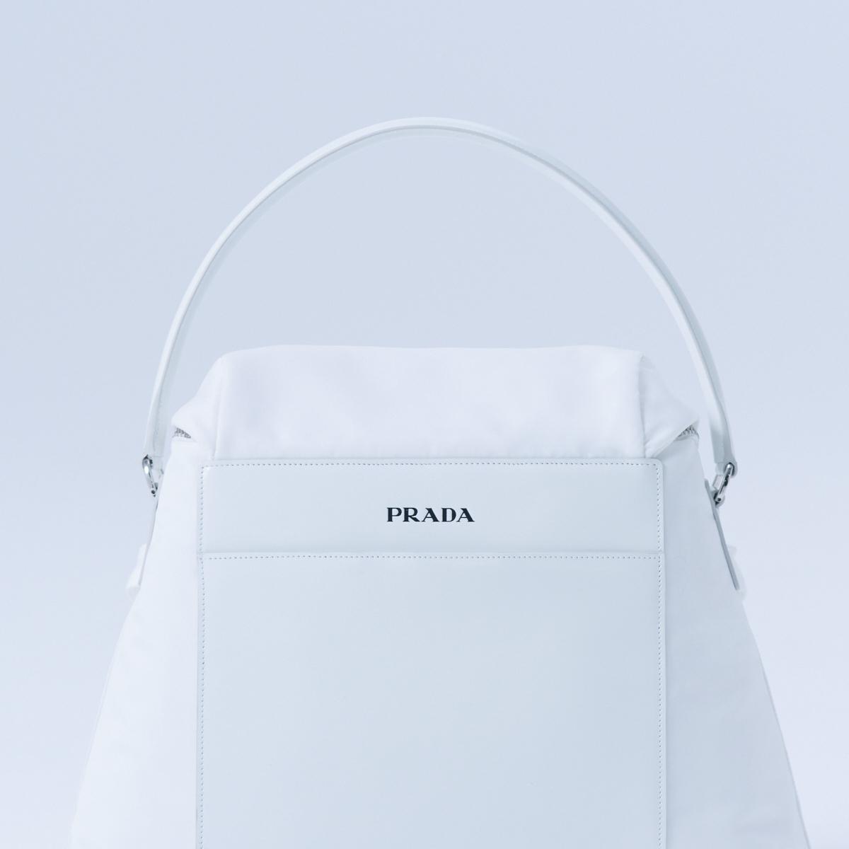 バッグ〈H27×W34×D15cm〉¥219,000(予定価格)/プラダ クライアントサービス(プラダ)0120-45-1913