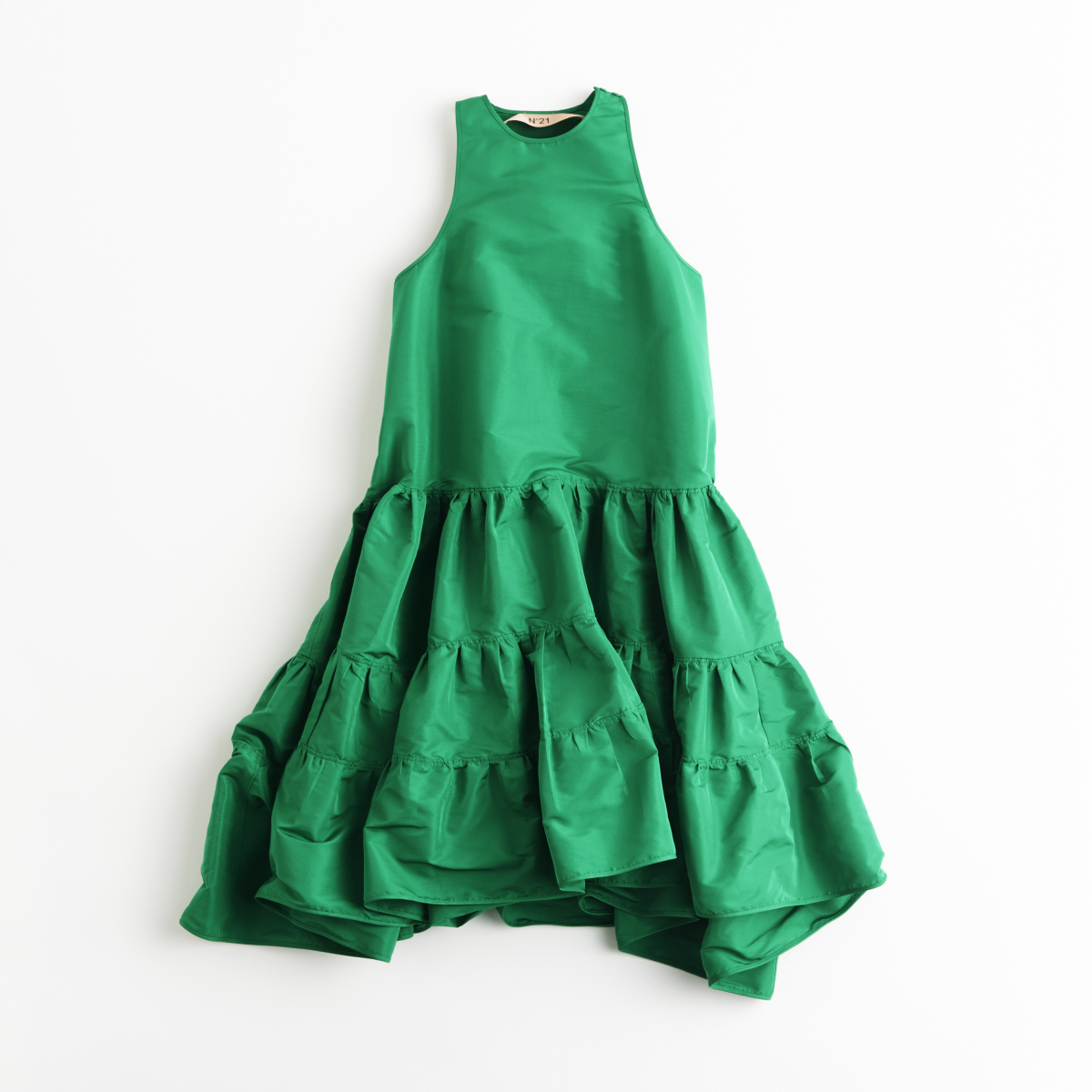 鮮やかなグリーンドレスでみんなの視線を独り占め【ヌメロ ヴェントゥーノ】