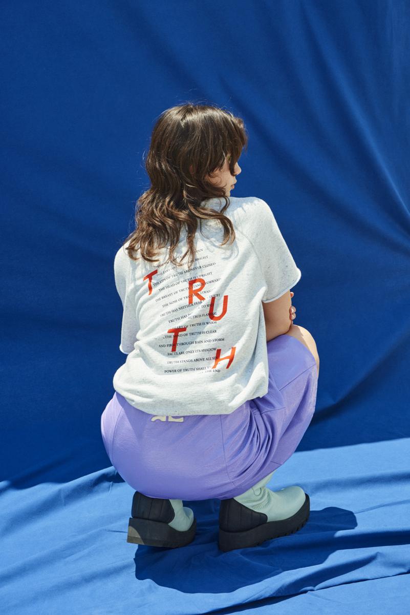 Tシャツ¥19,000/サザビーリーグ(レイニング チャンプ)03-5412-1937、スカート¥97,000/エドストローム オフィス(クレージュ)03-6427-5901、ブーツ¥88,000/ブランドニュース(アカネ ウツノミヤ)03-3797-3673
