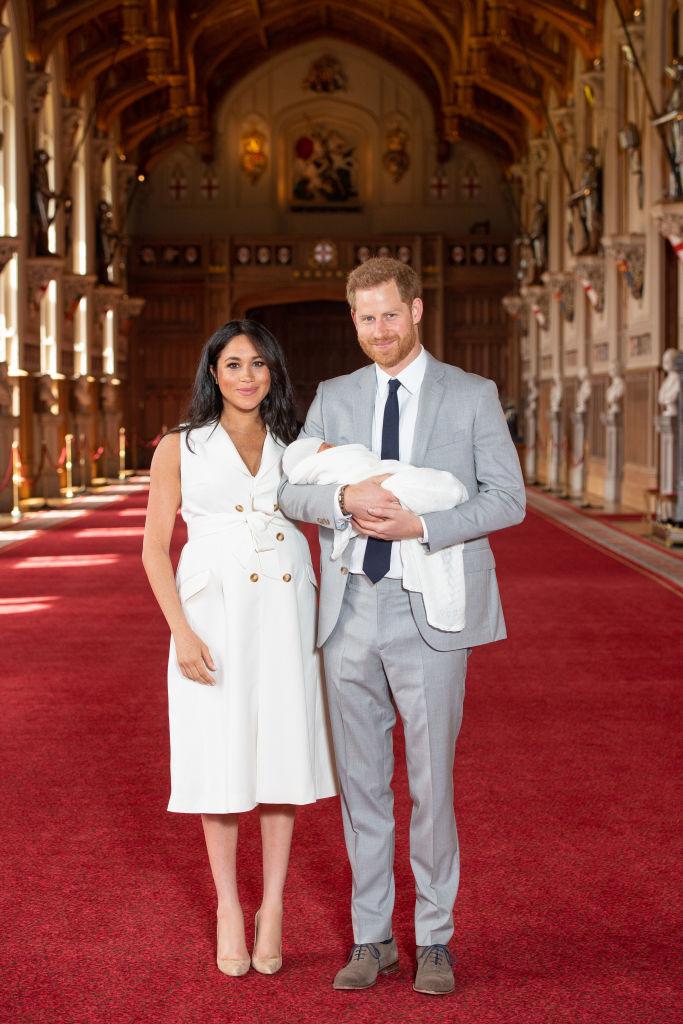 2019年5月、ヘンリー王子(36)との間に第一子となるアーチー(2)を出産したメーガン妃(39)は、その3日後にお披露目会見を開催。あえてふっくらしたお腹を強調するファッションを選んだのは、出産によるリアルな体形の変化を見せるためだったとか。  さらにその後も、激しいダイエットを行わず、運動はヨガで体調を整える程度にしていたとのこと。先日は第二子も生まれたことから、今回はどのように産後ボディと向き合っていくのか注目が集まる。