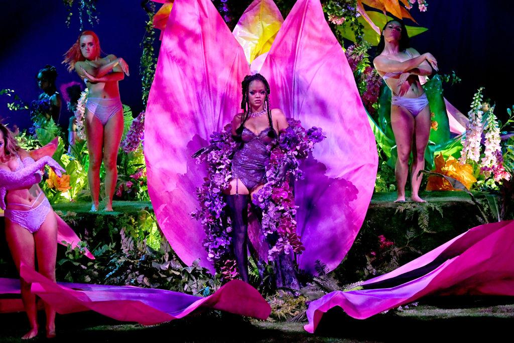 ショーのプロデューサーだけでなく、モデルも務めるリアーナ。花から登場した姿はまさに圧巻。