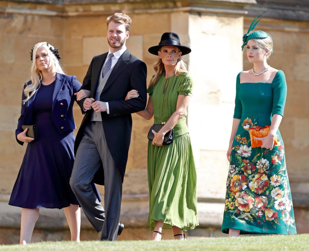 2018年に行われたハリー王子&メーガン妃のロイヤルウエディングに出席し、注目を浴びたルイスとキティ。左はキティの妹でルイスの姉にあたるエリザ・スペンサー(28)、中央右は母のヴィクトリア・エイトキン(54)。