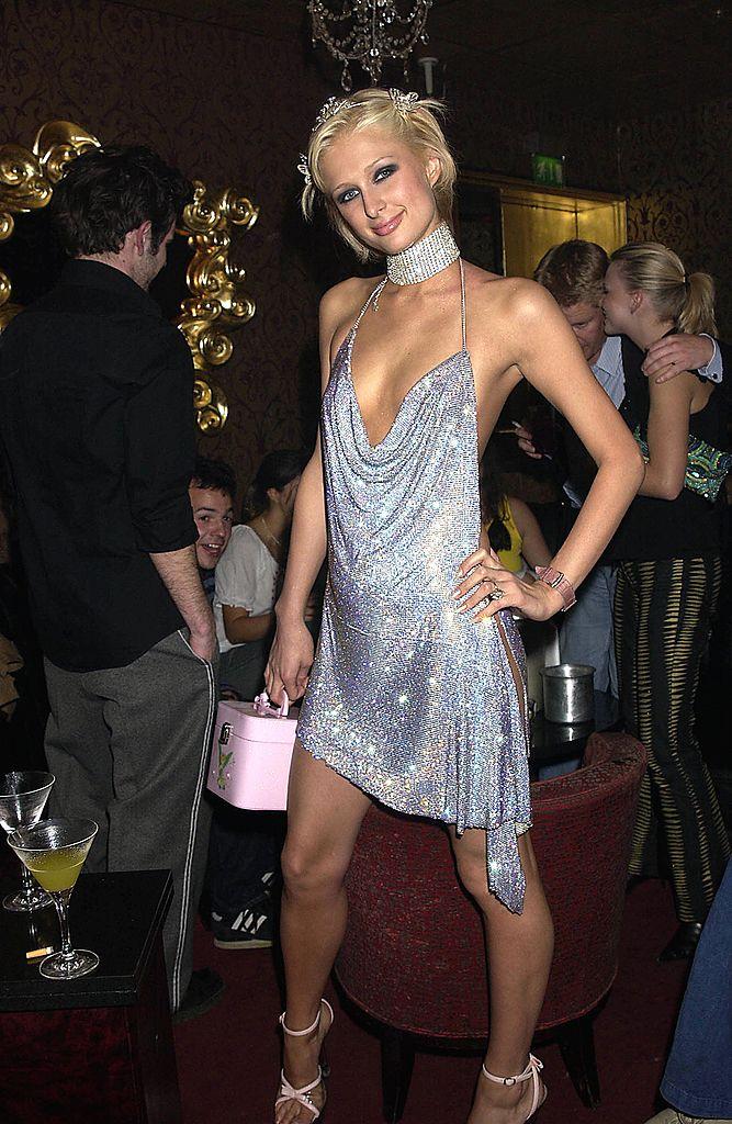 【2002年】現代のファッションアイコンがオマージュする伝説のドレス姿を披露