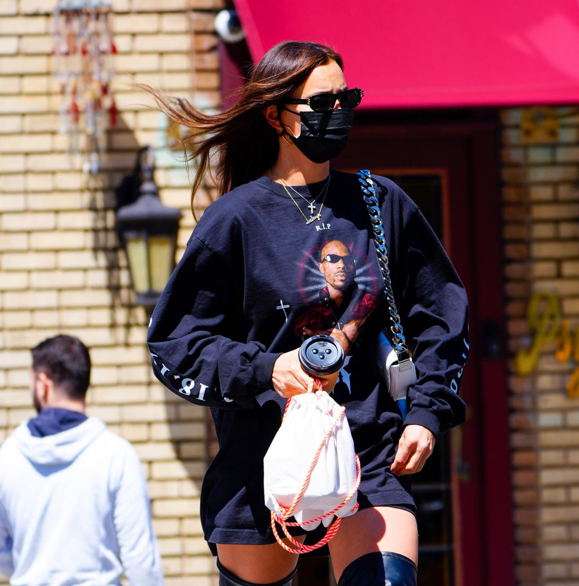 カニエがDMXのトリビュートとしてバレンシアガと共に制作したシャツを着るイリーナ。