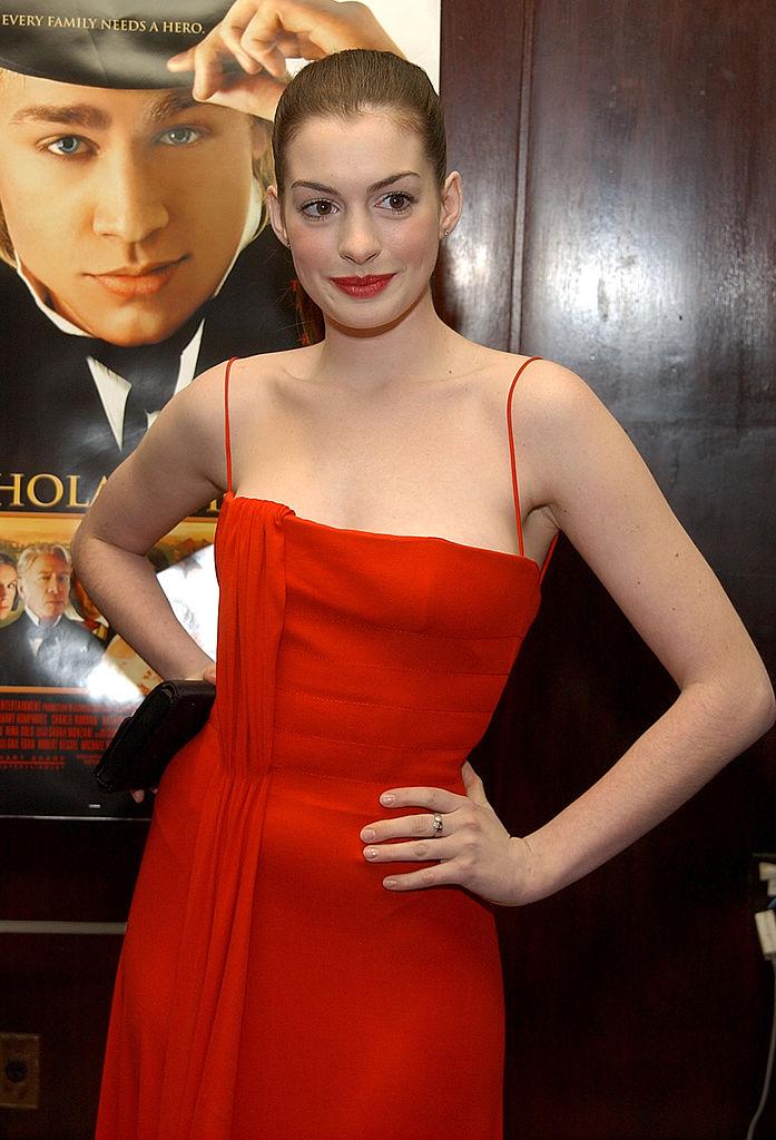 ブロードウェイデビューは赤ドレスで大胆に