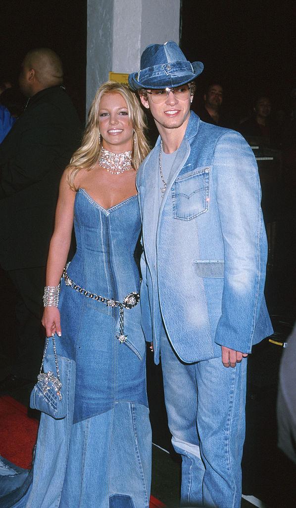 """ソロデビュー当時からバージンを公言していたブリトニーが初めて真剣交際をスタートさせたのは、1999年。相手は、同じく『ミッキーマウス・クラブ』出身者のジャスティン・ティンバーレイク。トップアイドル同士の交際はティーンの憧れの的となり、セレブ界を代表するパワーカップルに。2001年の「アメリカン・ミュージックアワード」では、今も語り継がれるデニムのシミラールックを披露した。しかし2002年に破局し、ジャスティンが自身のMV『Cry Me A River』でブリトニーの浮気を示唆。ブリトニーの世間のイメージは、""""ピュアガール""""から一気に""""悪女""""へと変わってしまうことに。"""