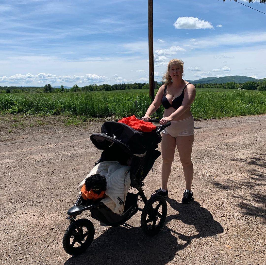 映画『アイ・フィール・プリティ!人生最高のハプニング』で、ぽっちゃり体形に悩む女性へエールを贈ったエイミー・シューマー(40)。実生活では、2019年に第一子を出産。  コメディアンの彼女は、独自の方法で産後のリアルを発信。下着姿でベビーカーを押すシュールな姿や産後3カ月の水着姿を公開しつつ、「私は自分の温かくて柔らかい、産後の身体を愛している。再び強くなれたことを感じて、感謝しているわ」とポジティブなメッセージも発信!