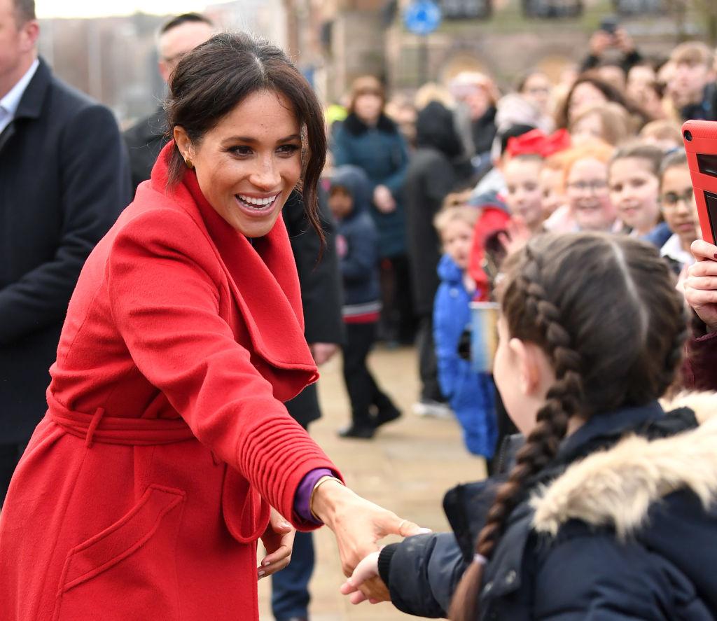 2019年、学生と挨拶を交わすメーガン妃。