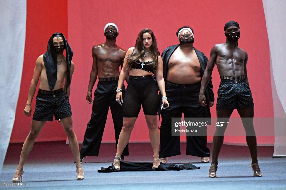 ただいま人気急上昇中のスペイン出身歌手、ロザリア。ショーを盛り上げるパワフルなパフォーマンスを披露。