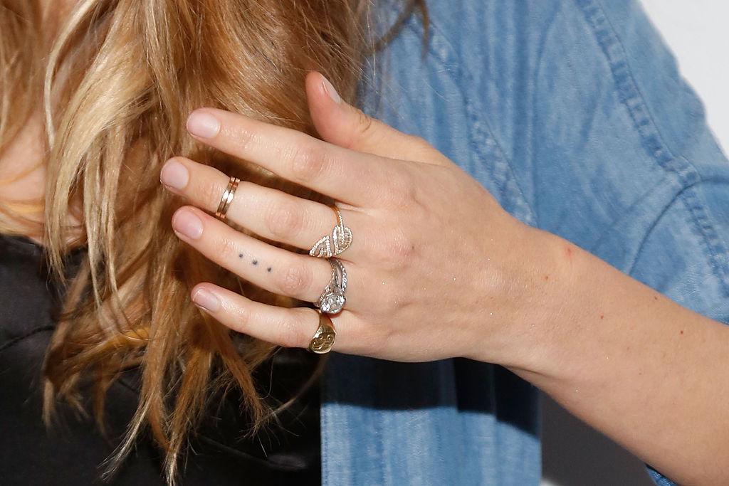 指輪代わりになるドットを刻んだベハティ・プリンスルー