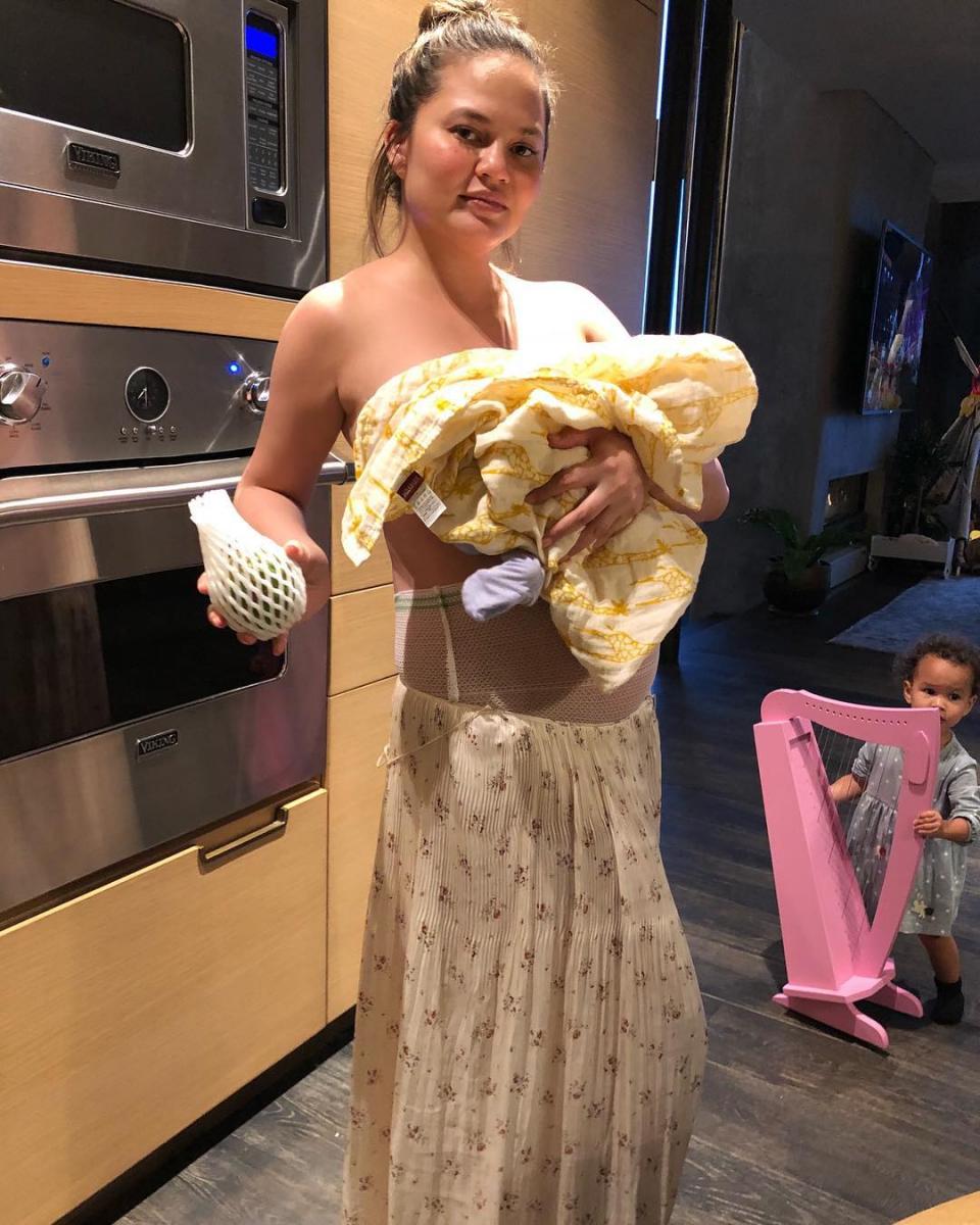 産後うつを告白したり、自身が行う膣ケアを紹介したりするなど、産後の日常を赤裸々にシェアしているクリッシー・テイゲン(35)。そんな彼女は、産後ボディに対しても自然派。  2018年に第二子を出産した後は、2人の子どもの妊娠でできたストレッチマークや、病院で支給された下着を穿いた姿も公開。「完全に自信を取り戻すには、まだまだ時間が必要。でも自分の身体を披露することで、世の中の女性たちが少しでも自信を取り戻せるなら嬉しい」と、世界中のママへエールを贈った。