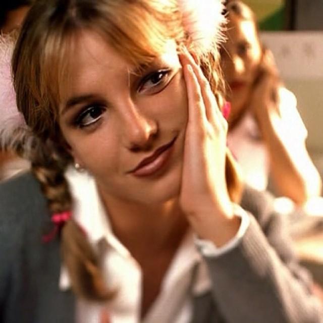 """11歳の時に出演したディズニー・チャンネルの人気番組『ミッキーマウス・クラブ』でデビューを果たし、持ち前の愛らしさでティーンに限らず、お茶の間の人気を獲得したブリトニー。さらには歌とダンスの才能が認められ、1998年にシングル曲『...Baby One More Time』で歌手デビュー。ヘソ出し&ミニスカートのヘルシーな女子高生スタイルで、16歳らしい""""ピュア&キュート""""なイメージを確立。そのスタイルを真似する女子が続出し、世界で""""ブリちゃん""""旋風が巻き起こった。"""