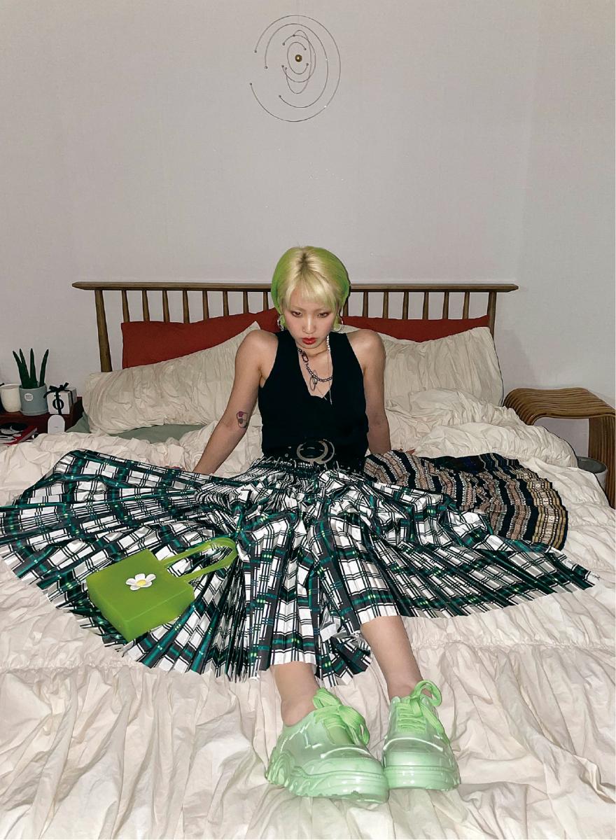 髪色に合わせたグリーンルック。部屋にも緑をきかせて