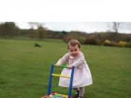 シャーロット王女はじめての誕生日に、世界中が祝福ムード!