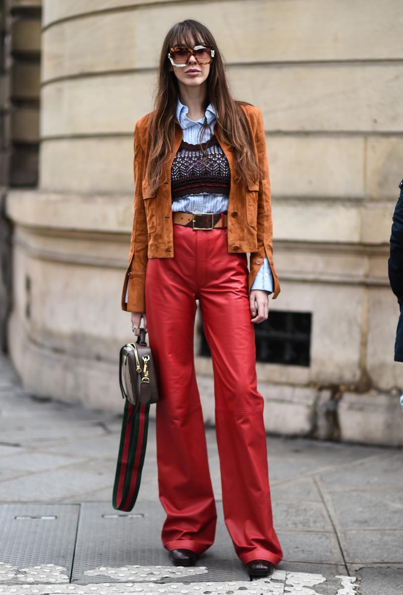真っ赤なパンツで楽しむ70年代スタイル