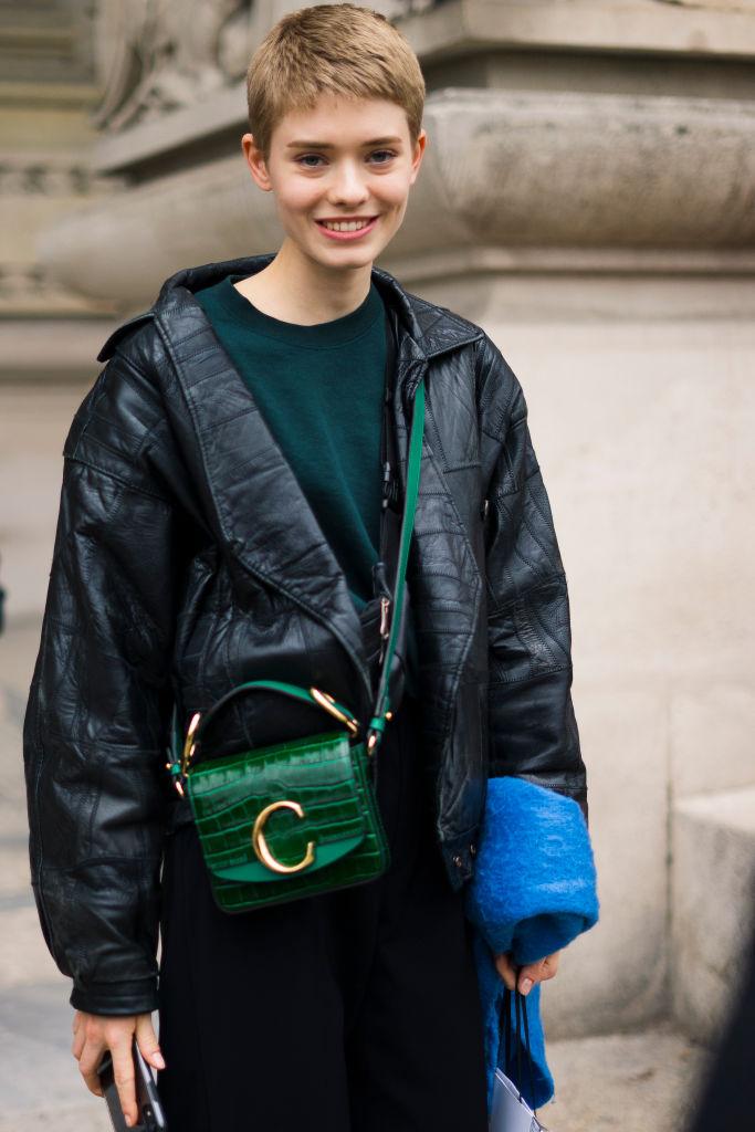 ボーイッシュスタイルに、バッグでフェミニンな表情を