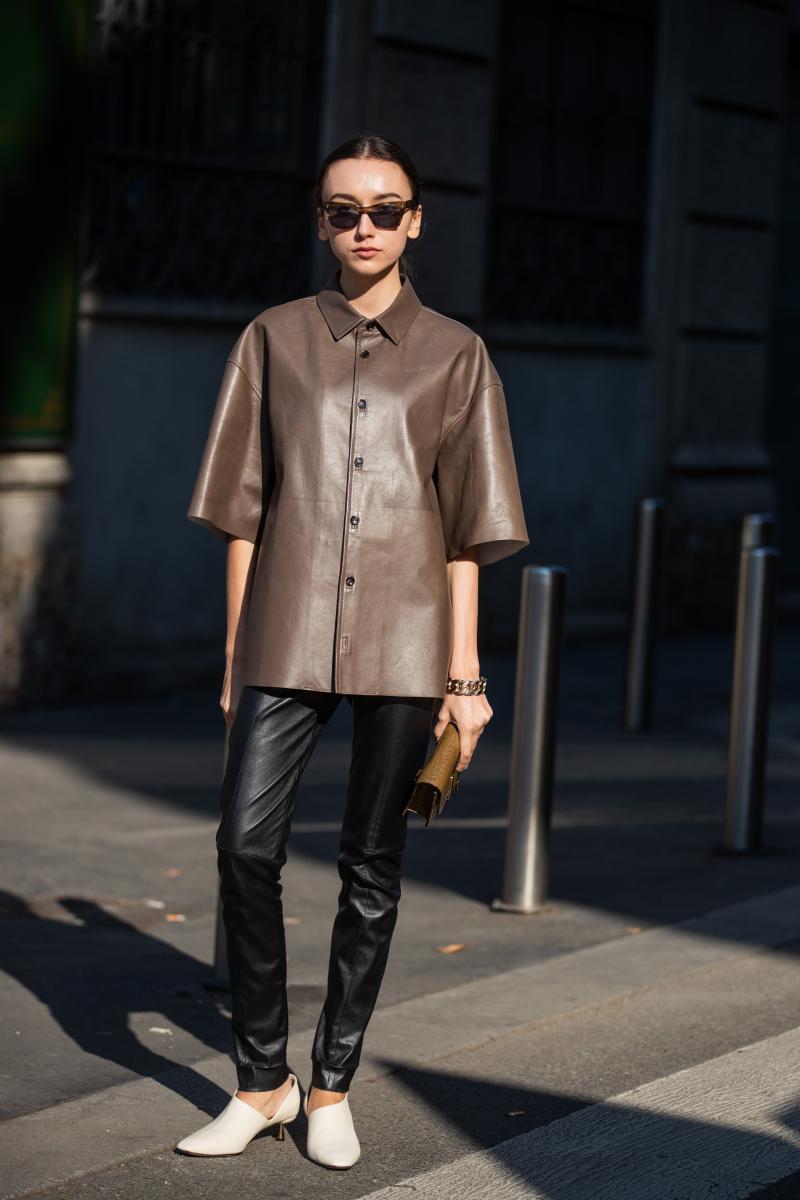ミニマルに着るブラウンレザーの半袖シャツ