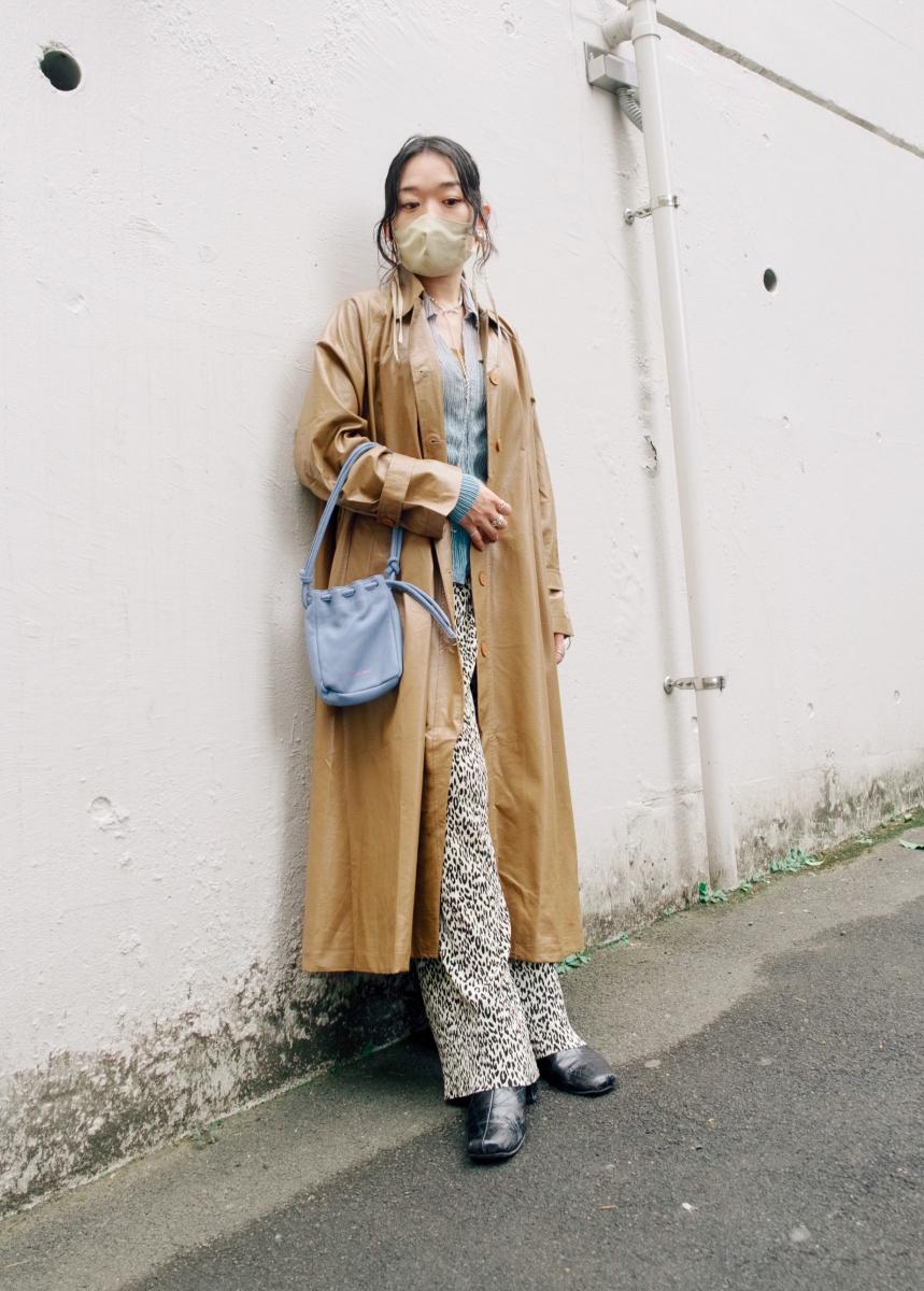 マスクとコートの色を合わせ、素材感で変化をつけて