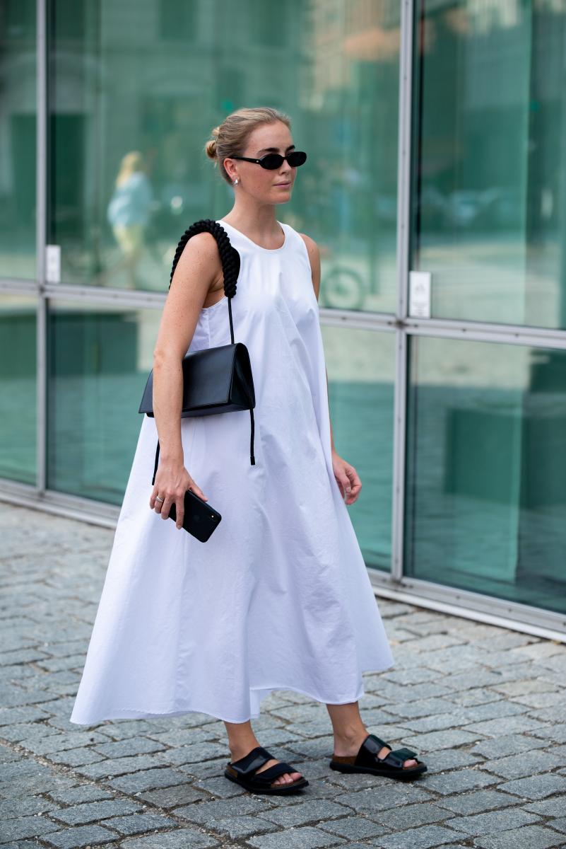 白いドレスに黒い小物を合わせてスタイリッシュに