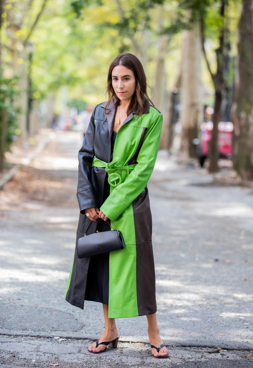 ポップなカラーブロッキングコートに、あえて古風なバッグを