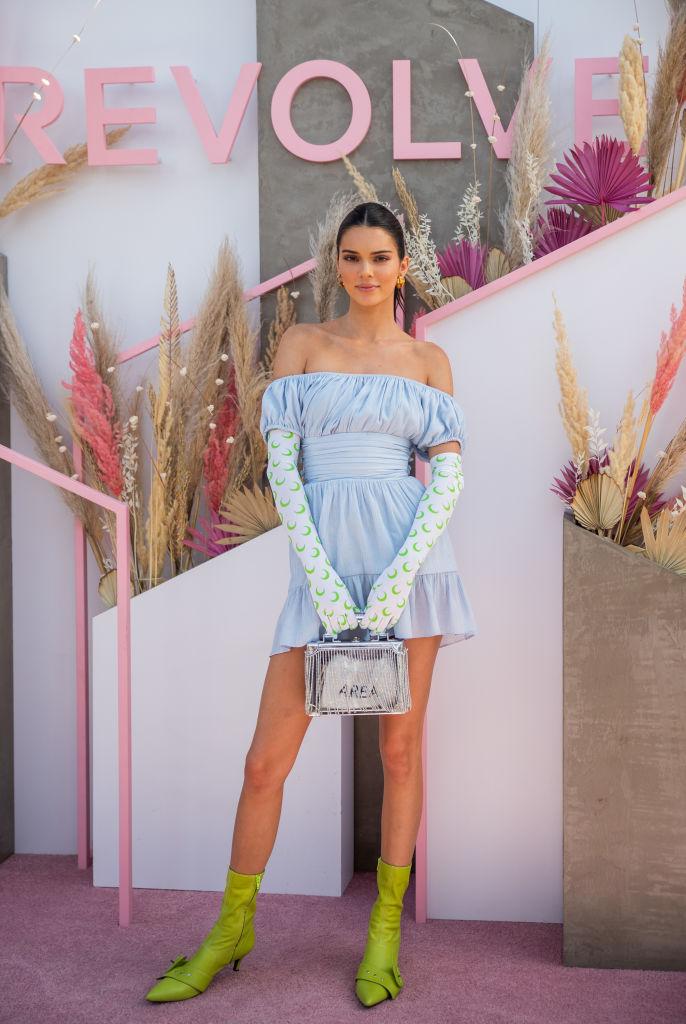 愛らしいドレスにモードなアイテムを効かせて
