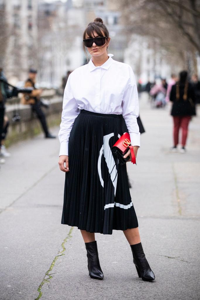 スカートの大きなブランドロゴでモードに