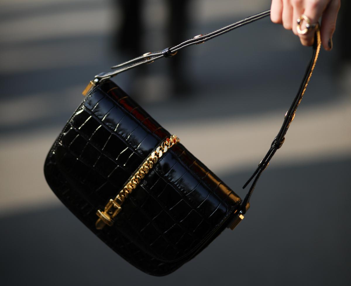 カラーブロックスタイルにグッチの黒バッグを