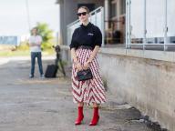 スカートの赤いラインが足もとの色とリンク