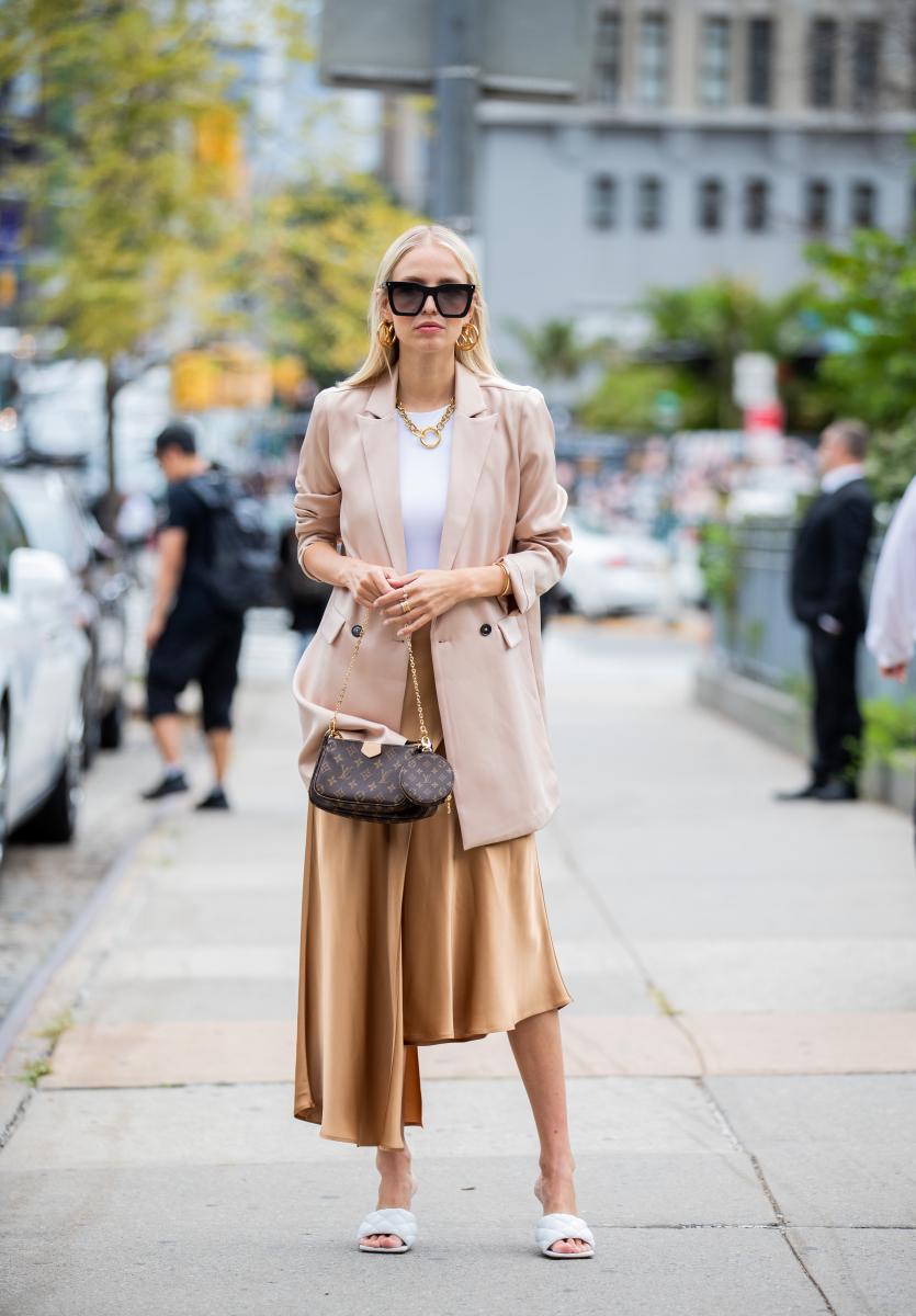 主張するアシンメトリースカートは、柔らかい色でまとめて