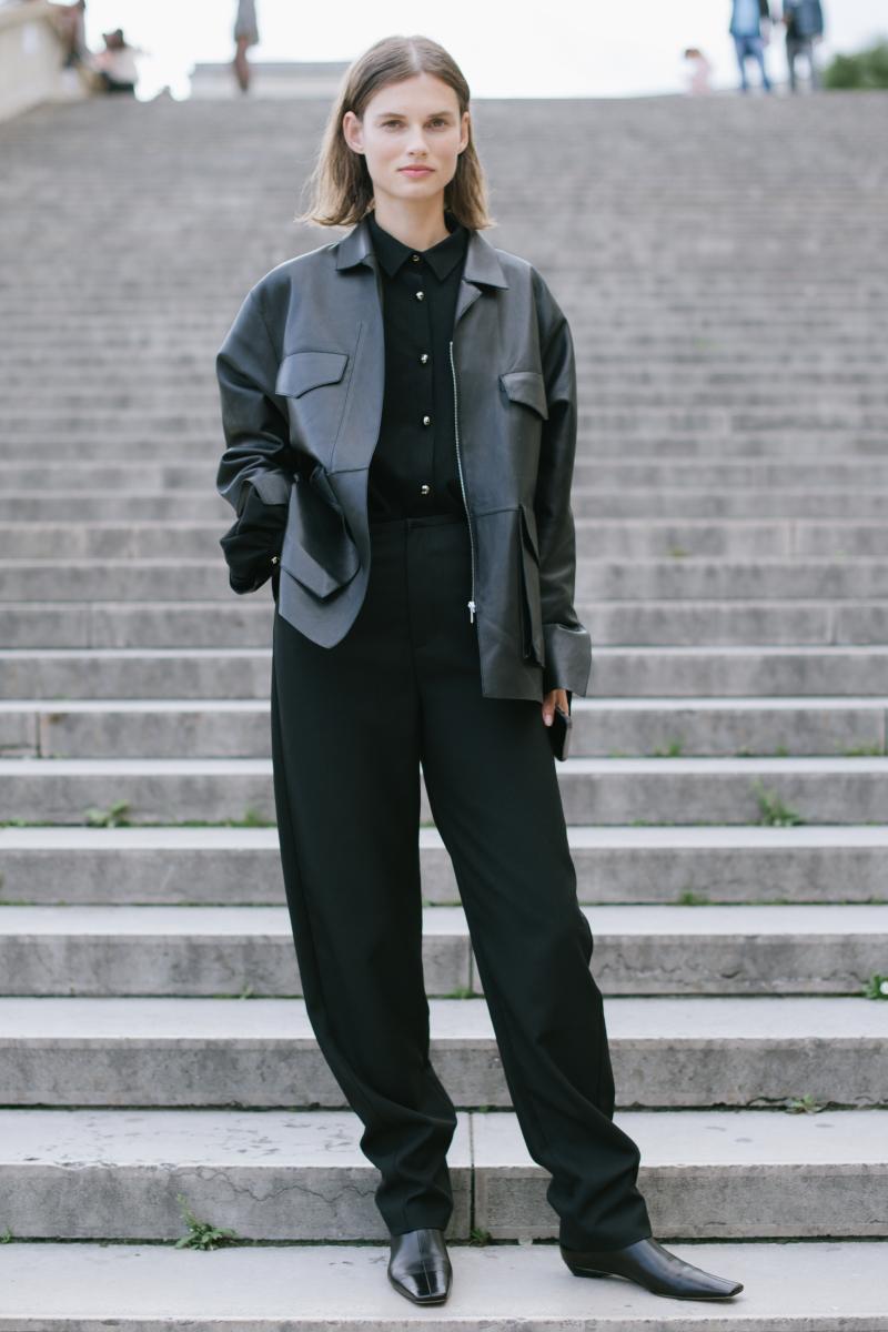 レザーの質感で変化をつけたオールブラック・スタイル