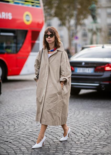 コクーンシルエットのコートをドレスのように着て