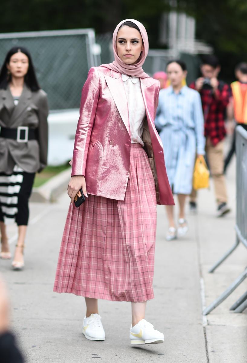 シャイニーなジャケットが、ピンクにエッジをプラス