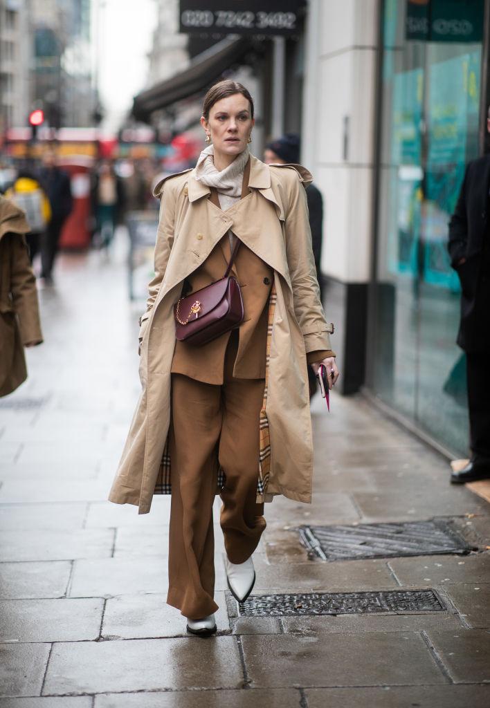 ブラウンのパンツスーツで知的にまとめて
