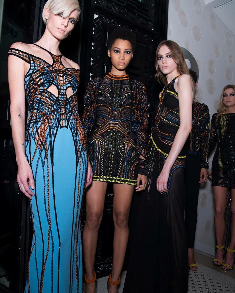 513a854a9c618 ヴェルサーチのドレスは、バックスタイルまでセクシー! - ファッション ...
