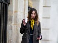 黄色いスカーフがアクセントのジャケットスタイル