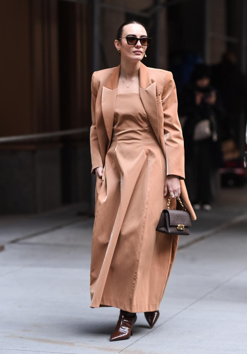 ヌードベージュのドレス&ジャケットでエレガントに