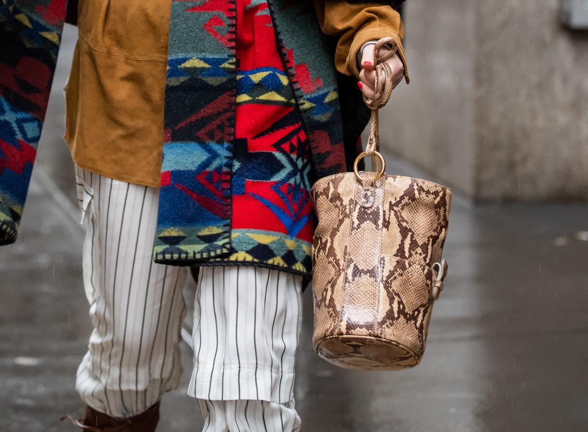 スネークプリントのバッグでつくるミックススタイル