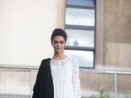 白いミニドレスを大人っぽく着こなして