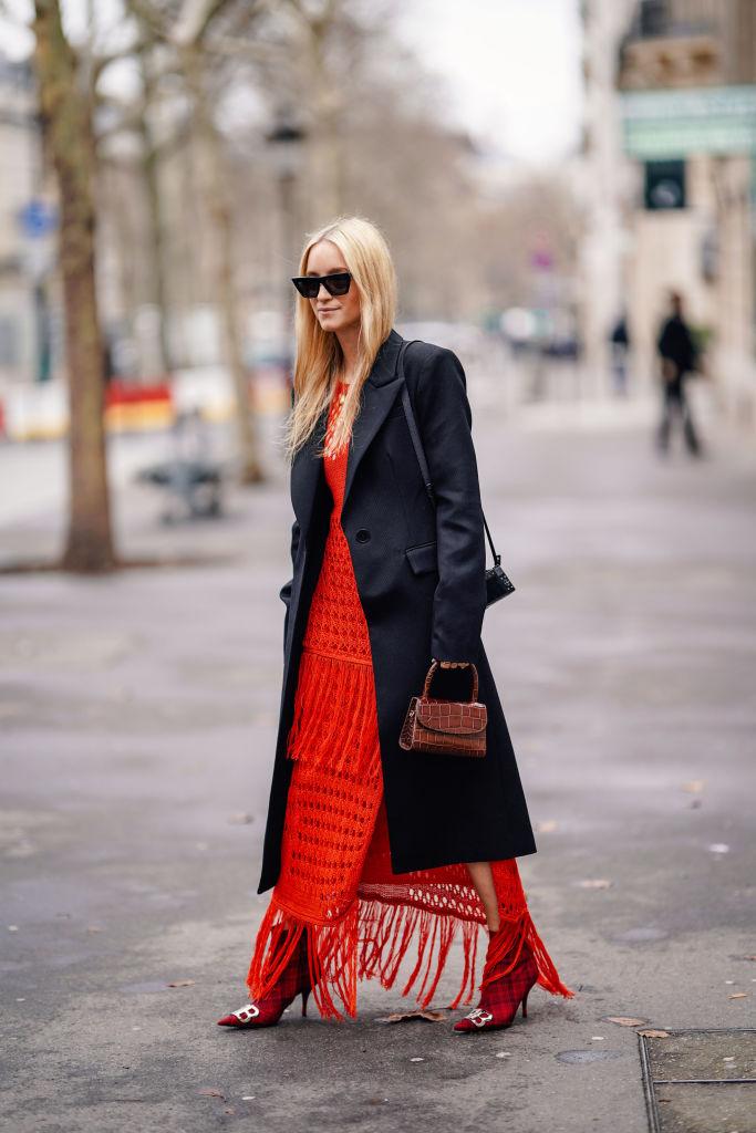主張するドレスにクラシカルなミニバッグを