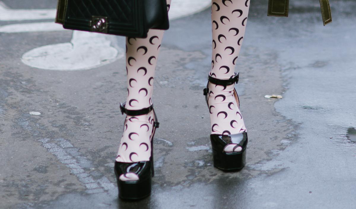 エレガントな靴とモードなタイツをミックス