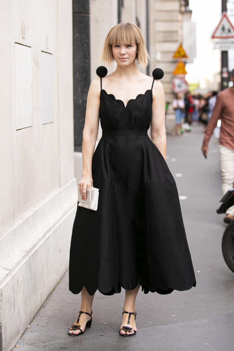 キュートなデザインのドレスは、黒を選んで引き締めて