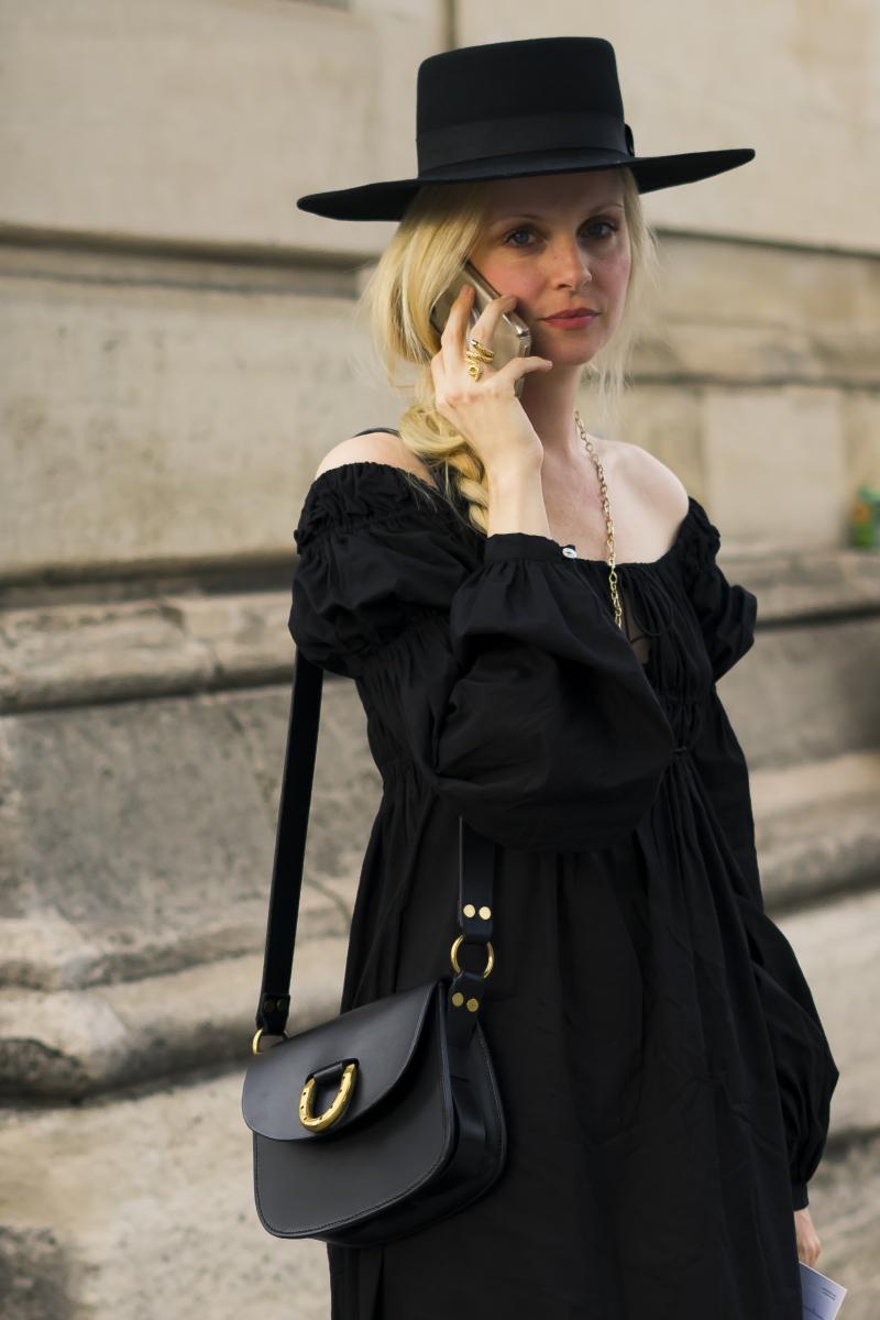 甘いドレスも、黒を選べばクールに!