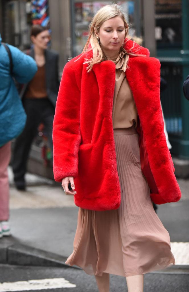 真っ赤なファーコートでエレガントにまとめて