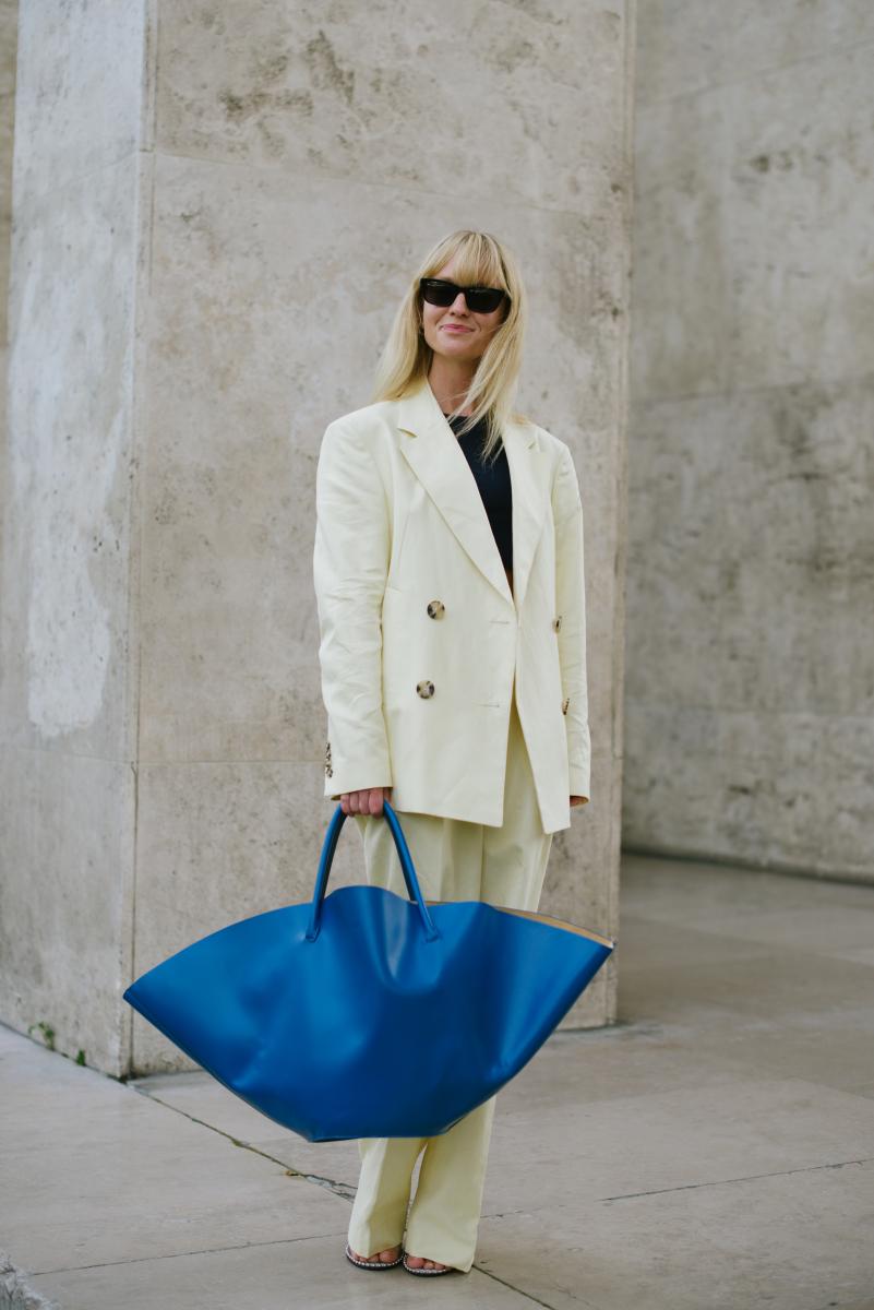 鮮やかなブルーのバッグに視線集中!