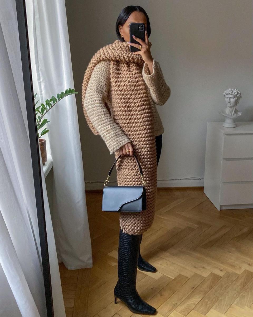 ビッグサイズマフラーをセーターとなじませて