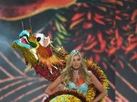 オープニングガールのエルザは龍をまとって登場!