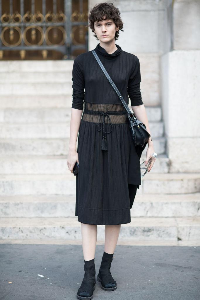 透け感のあるドレスでセンシュアルなブラックスタイルに
