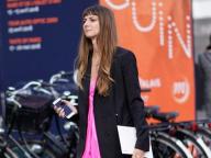 ビビッドピンクのドレスを黒ジャケットで引き締めて